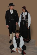 Østlandsbunad m broderi og lue